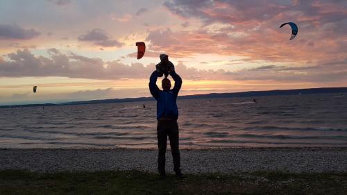 Kiting při západu slunce